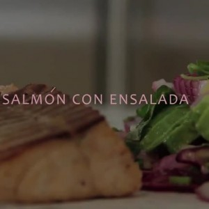 SALMÓN A LA PLANCHA CON ENSALADA DE PALTA Y TOMATES