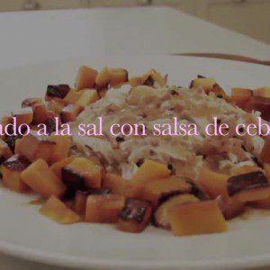 Pescado a la sal con salsa de cebollas