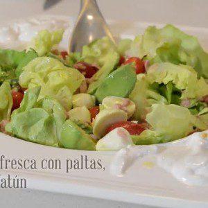 Ensalada fresca con paltas, cherry y atún